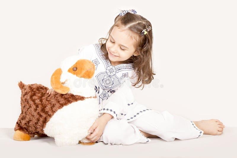La petite fille heureuse avec ses moutons jouent - célébrant l'UL Adha d'Eid - photo stock
