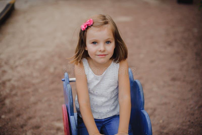 La petite fille heureuse balance image stock