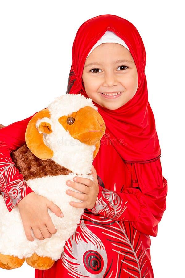 La petite fille heureuse jouant avec ses moutons jouent - célébrer Eid u photographie stock libre de droits