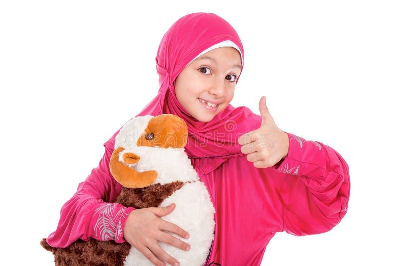 La petite fille heureuse jouant avec ses moutons jouent - célébrer Eid u photos stock