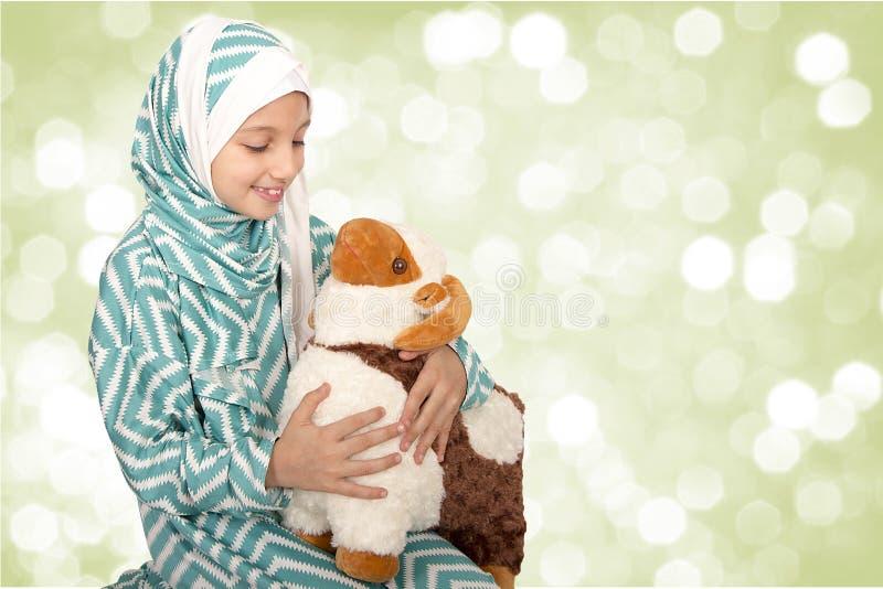 La petite fille heureuse jouant avec ses moutons jouent - célébrer Eid u photographie stock
