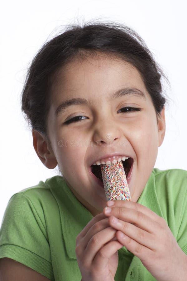 La petite fille heureuse mange de la glace photographie stock