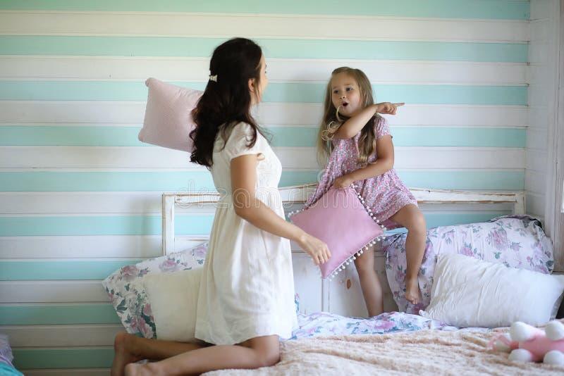 La petite fille joue avec un grand chat rouge dans le pays en Russie Image avec l'orientation sélectrice photographie stock libre de droits