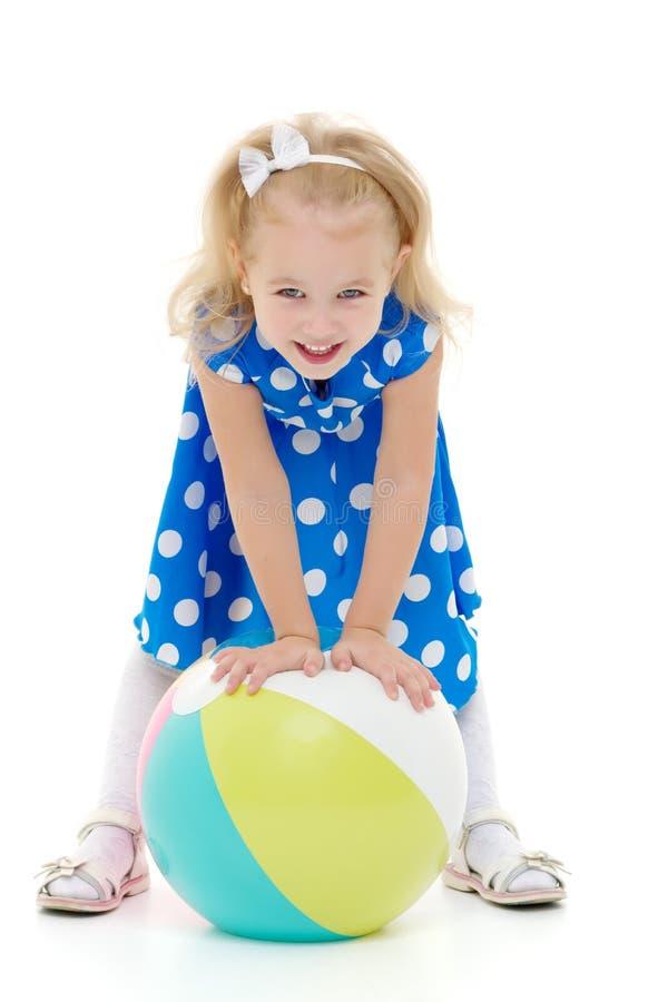 La petite fille joue avec une boule image libre de droits