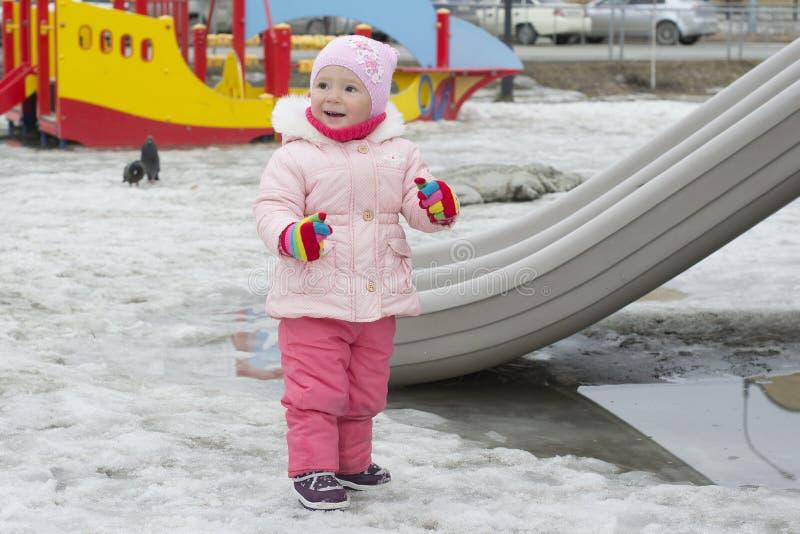 La petite fille joue sur le terrain de jeu au printemps - Fille joue au foot ...