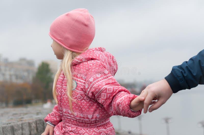 La petite fille mène le père par la main photo libre de droits