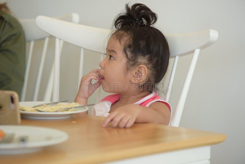La petite fille mange de la nourriture délicieuse photo stock