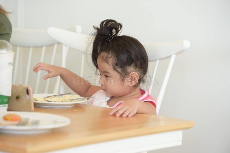 La petite fille mange de la nourriture délicieuse image libre de droits