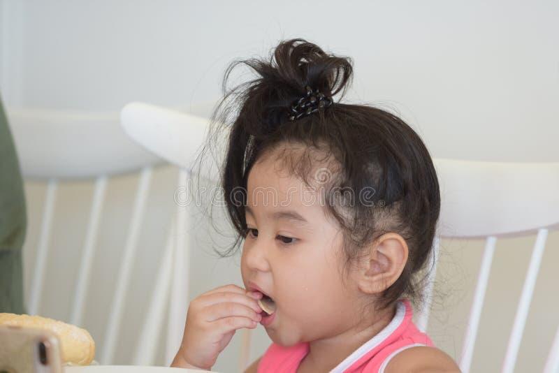 La petite fille mange de la nourriture délicieuse photos libres de droits
