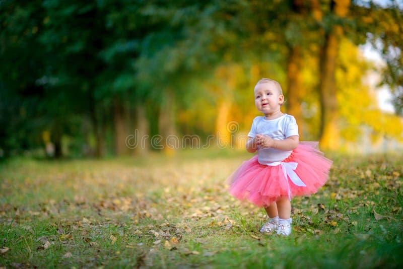 La petite fille marche en stationnement photo libre de droits