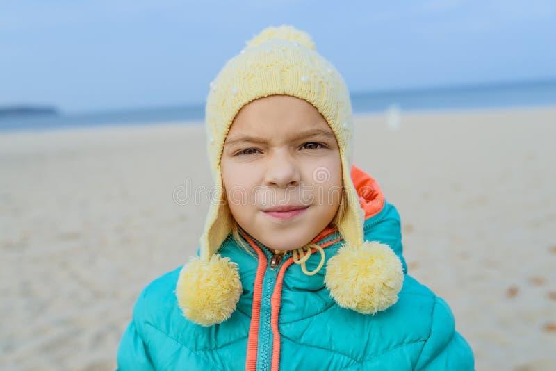 La petite fille marche le long du rivage de la mer baltique image stock