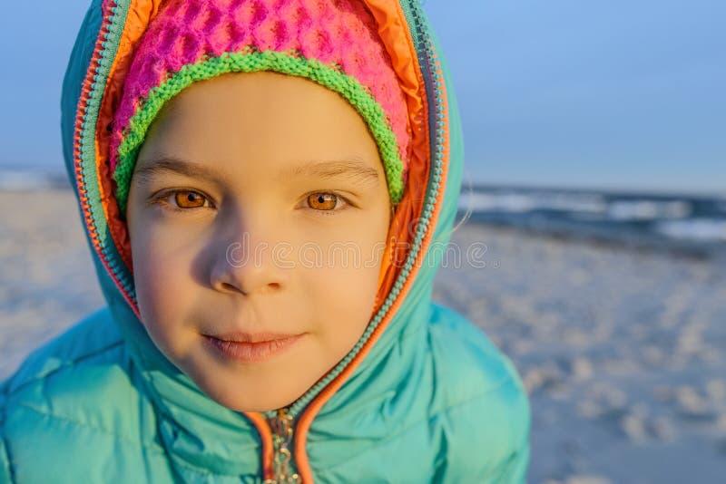 La petite fille marche le long du rivage de la mer baltique photographie stock libre de droits