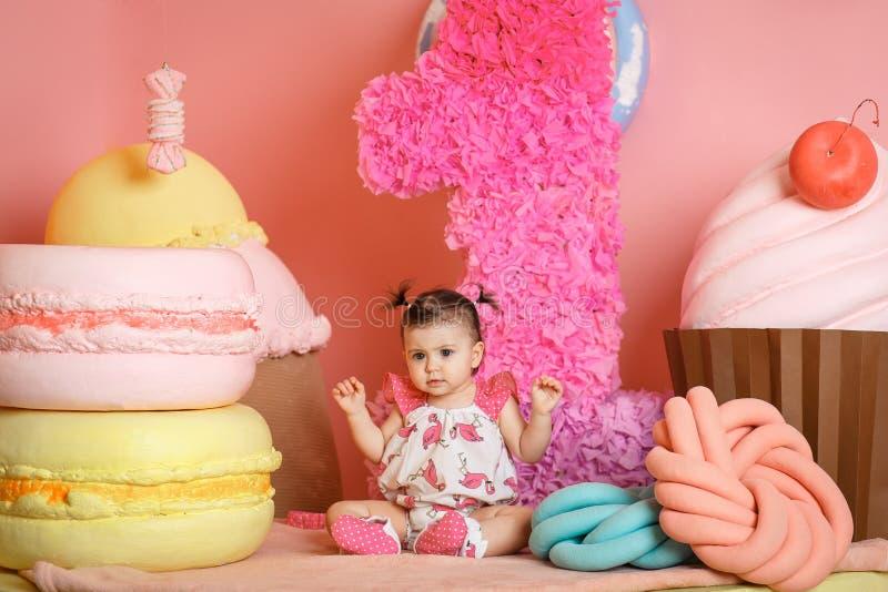La petite fille mignonne célèbrent son premier anniversaire photo libre de droits