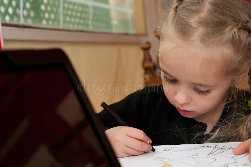 La petite fille mignonne dessine photo stock