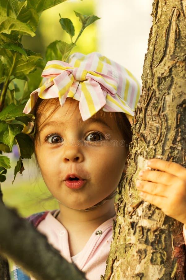 Download La Petite Fille Mignonne Est étonnée Et Choquée Photo stock - Image du visage, closeup: 45371712