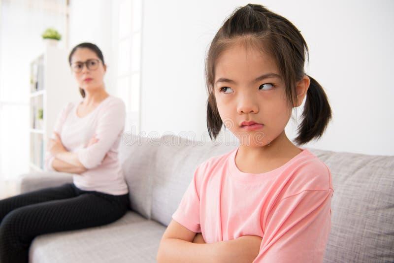 La petite fille mignonne ne veulent pas s'occuper de sa mère image stock
