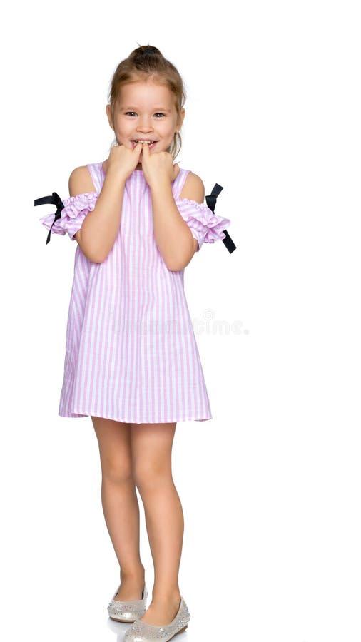 La petite fille a mis ses doigts dans sa bouche photographie stock libre de droits