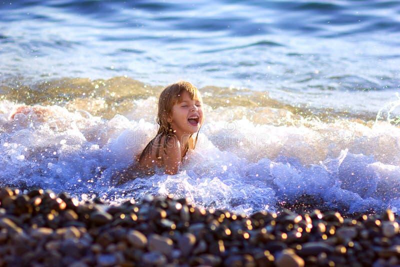 La petite fille nage en mer image libre de droits
