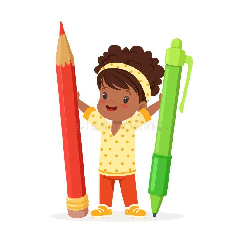 La petite fille noire mignonne tenant le crayon rouge géant et la bande dessinée verte de stylo dirigent l'illustration illustration stock