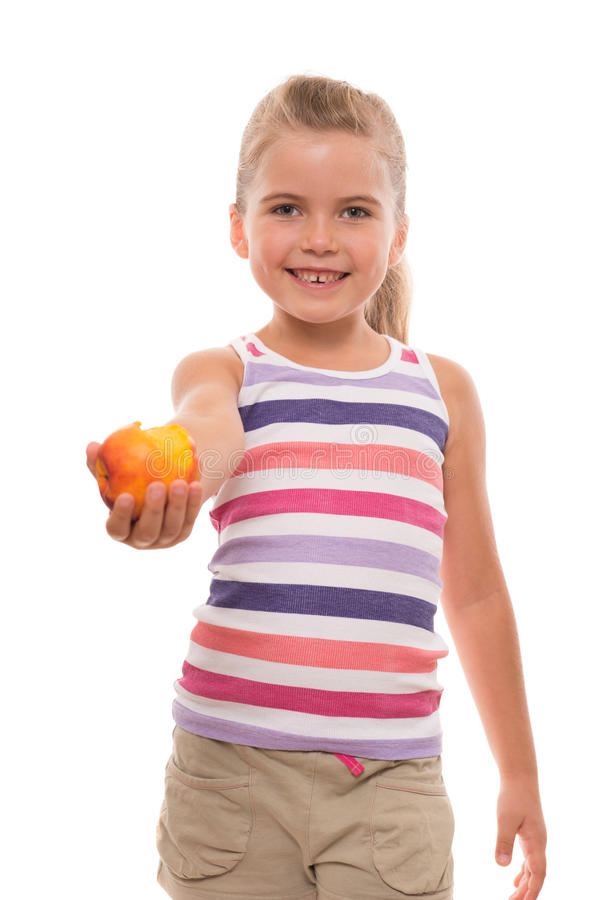 La petite fille offre une nectarine images libres de droits
