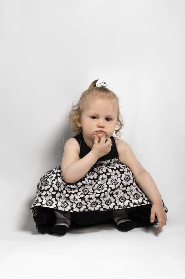 La petite fille pensent photographie stock libre de droits