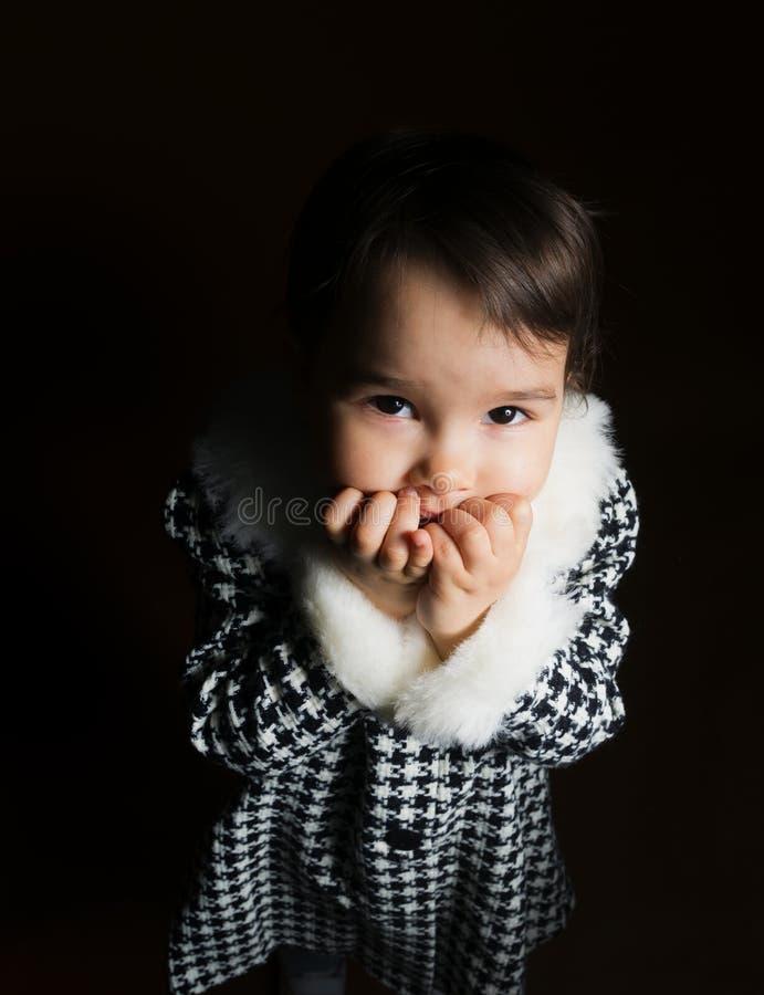 La petite fille a peur dans l'obscurité images libres de droits