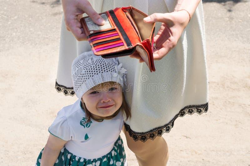 La petite fille pleurante et vident le portefeuille images stock