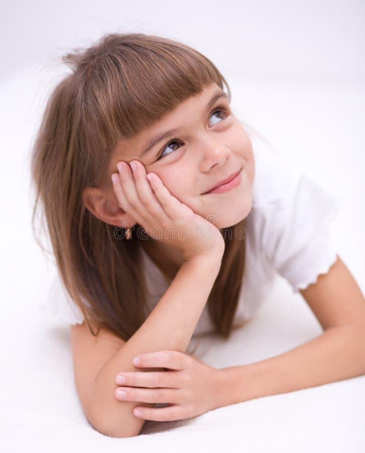 La petite fille rêvasse photographie stock