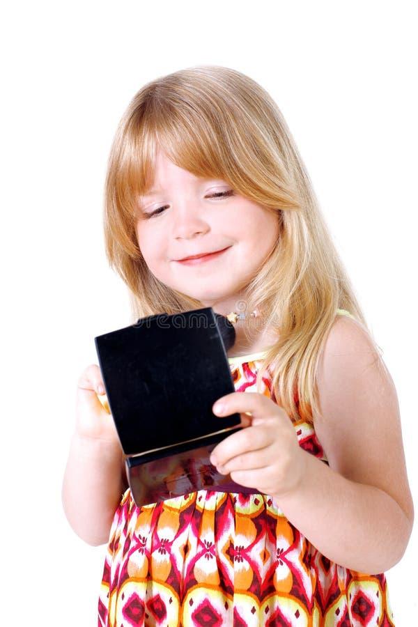 La petite fille regarde dans le miroir image stock image for Regard dans le miroir