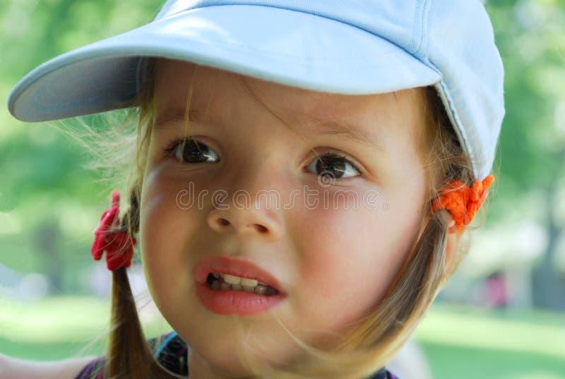 La petite fille regarde l'objet étrange image libre de droits