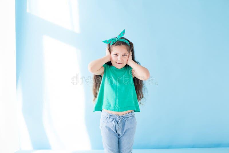 La petite fille se clôture des oreilles fort tranquilles images libres de droits