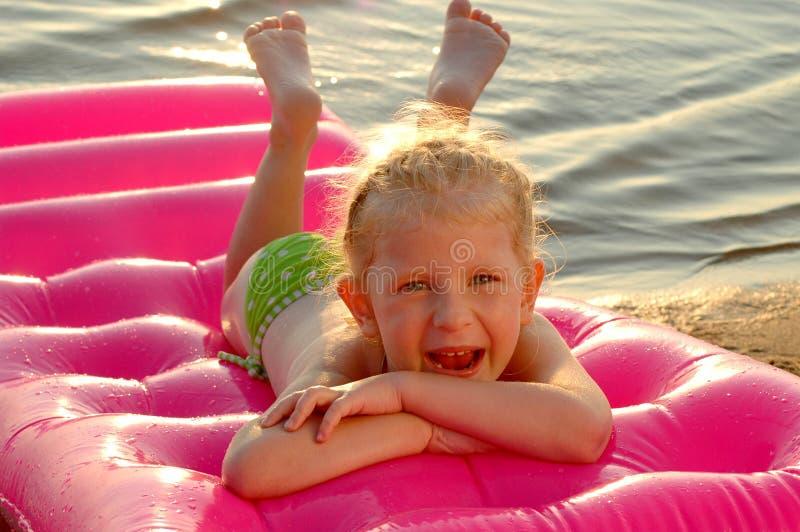 La petite fille sur une plage photographie stock libre de droits