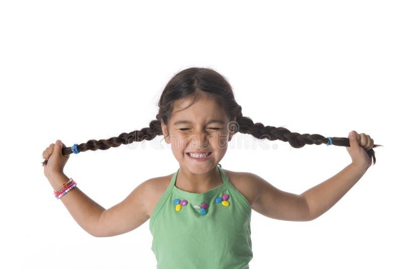 La petite fille tire ses tresses photos libres de droits