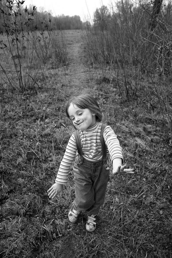 La petite fille va sur un sentier piéton images stock