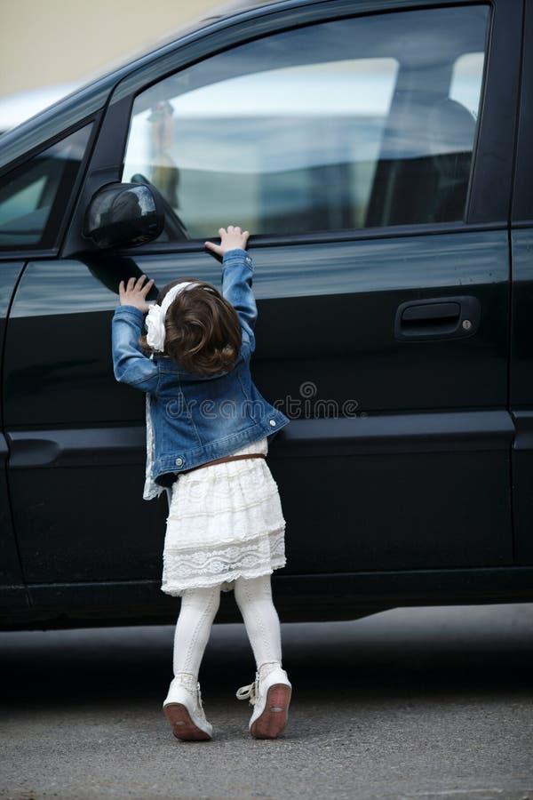 Download La Petite Fille Veut Ouvrir La Voiture Image stock - Image du extérieur, actif: 45350955