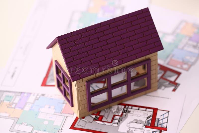 La petite maison miniature se tient sur le dessin photos stock