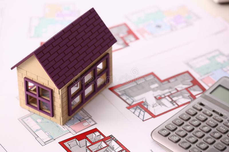 La petite maison miniature se tient sur le dessin photo libre de droits