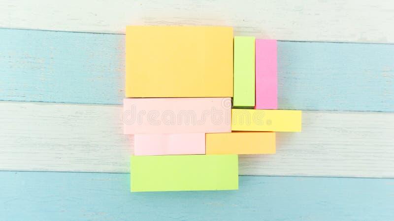 La petite note de tir de papier pour rappellent dans le bureau de société photos stock
