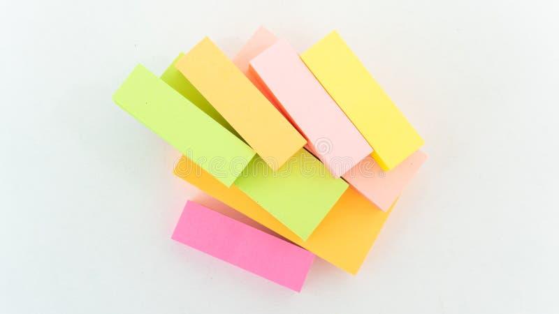 La petite note de tir de papier pour rappellent dans le bureau de société image stock