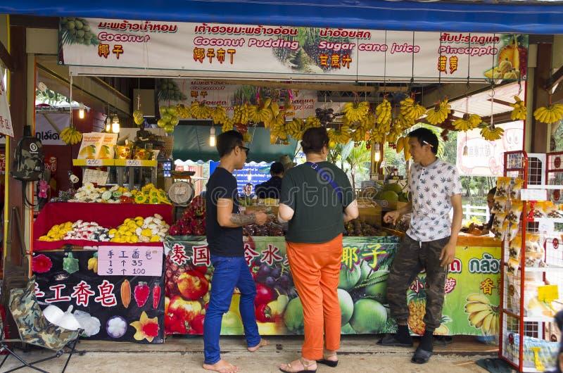 La petite nourriture, la boisson fraîche et le fruit font des emplettes dans Chonburi Thaïlande photos libres de droits