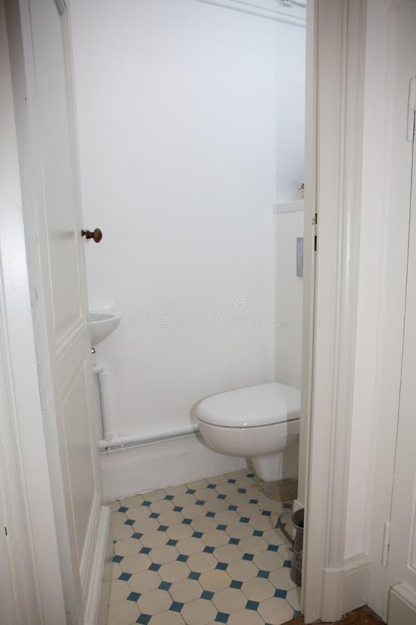 la petite pièce sous les escaliers cache la carte de travail de toilette photos stock