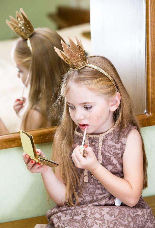 La petite princesse avec le lustre de lèvre photo stock