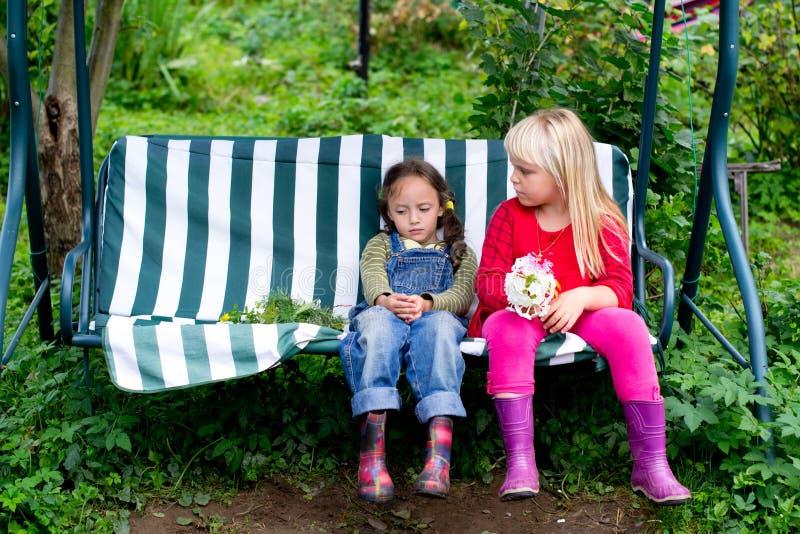 La petite querelle de deux amies en été photo stock