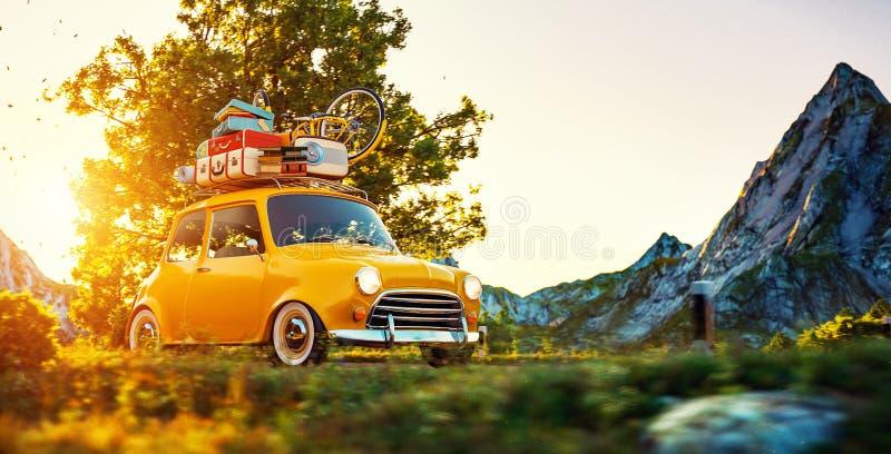 La petite rétro voiture mignonne s'attaque par la route merveilleuse de campagne au coucher du soleil photo stock