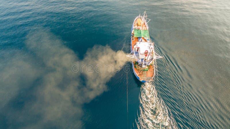 La photo aérienne de bourdon d'un bateau de pêche le traînant est des filets Corfou Gr?ce image stock