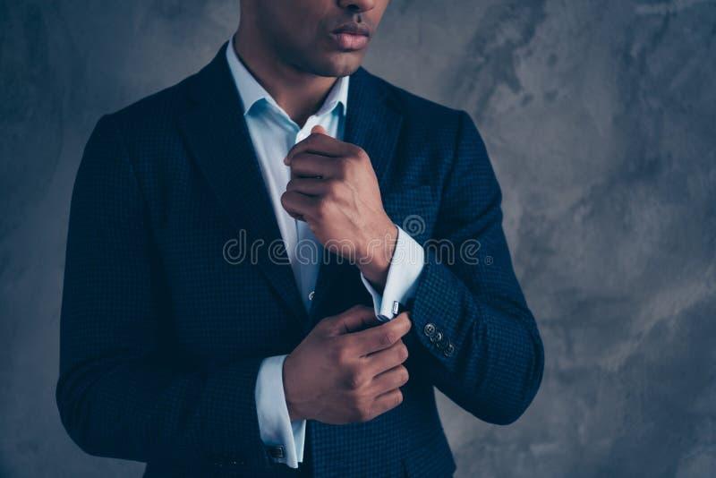 La photo cultivée de vue de la main de bras en chef chique chic de contact de milliardaire sentent les cheveux courts élégants co photographie stock libre de droits