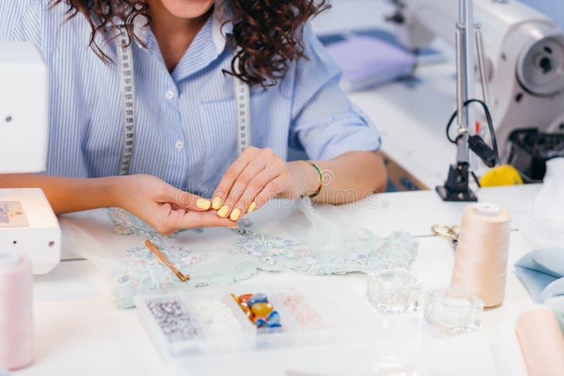 La photo cultivée du ` s de femme remet tenir des perles pour la chemise de nuit de décoration images stock