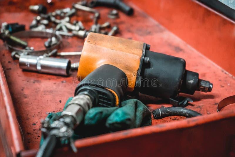 La photo d'un outil pneumatique pour des réparations de voiture photographie stock libre de droits