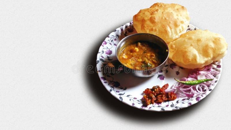La photo de la cuisine indienne connue sous le nom de Chhole Bhature sur le fond blanc photographie stock libre de droits