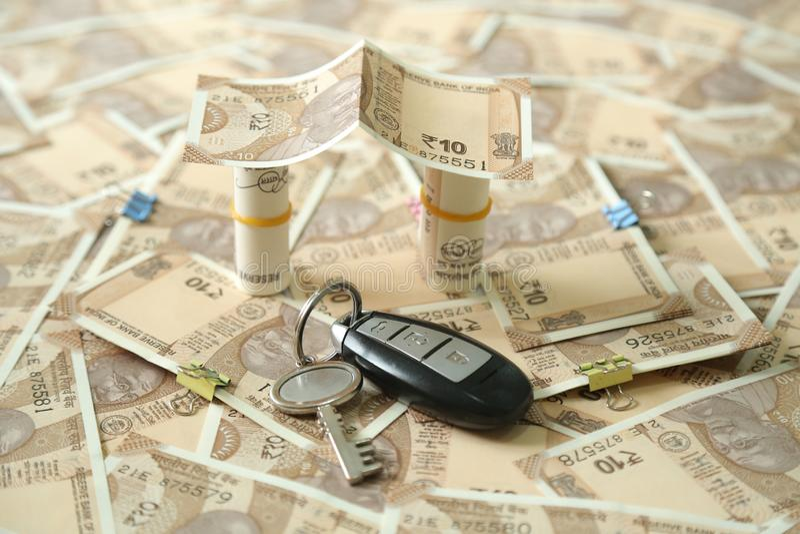 La photo de la devise indienne dispersée note et roule la conception et la clé de note de devise de 10 roupies photos libres de droits